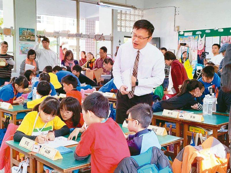新北市教育局長張明文昨在卸下國小教師身分27年後,首度重回課堂教四年級數學。 圖/永平國小提供