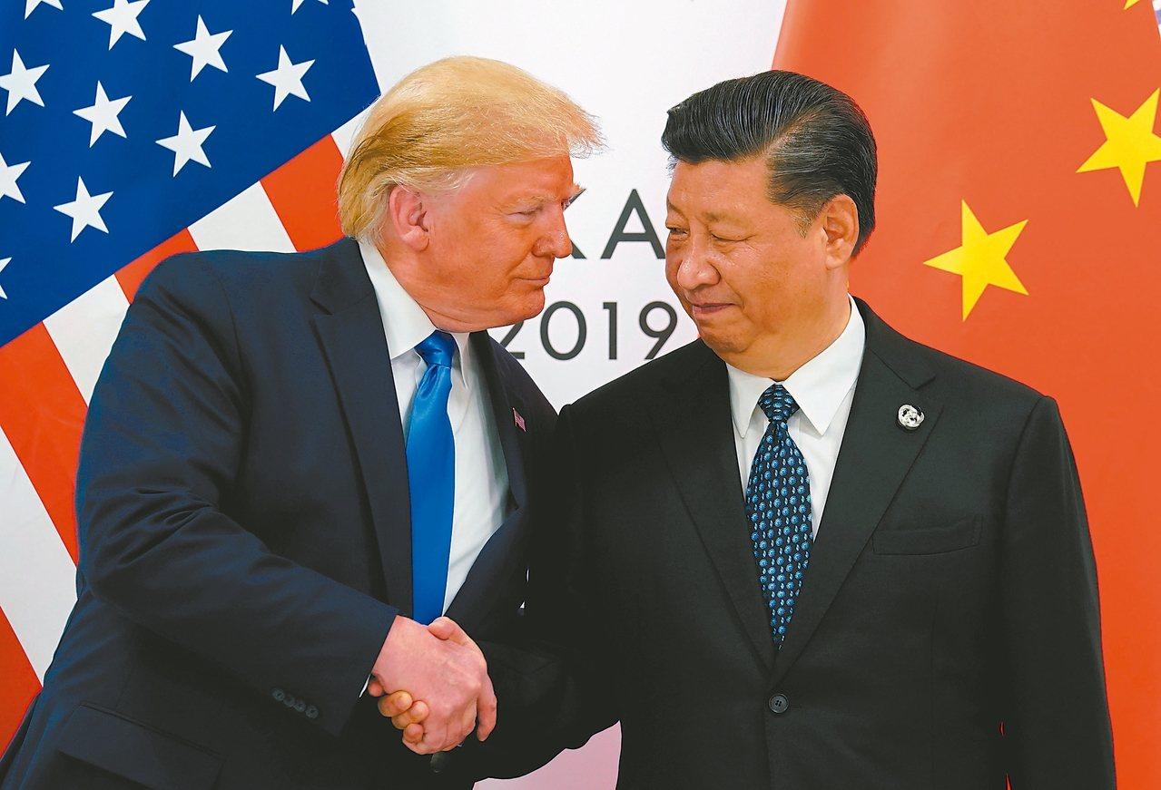 美國總統川普(左)已批准美中第一階段貿易協議,美方將延後原訂十五日起對陸貨加徵關...