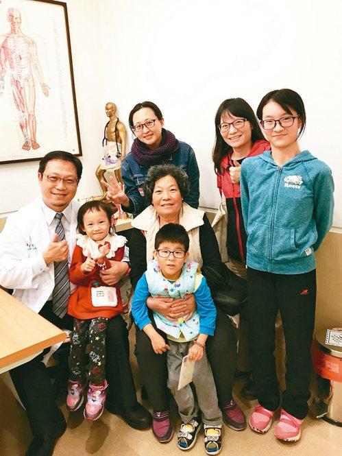長年治療小病童,張晉賢(左一)與家屬都成了好朋友。圖/張晉賢提供