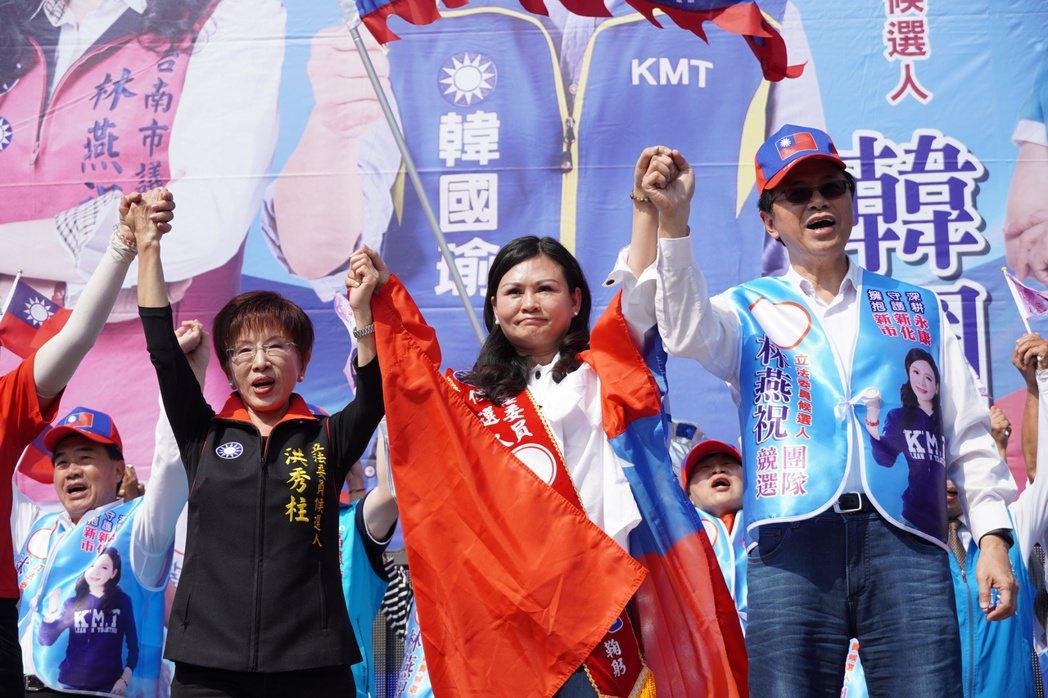 「台南祝祝姐」林燕祝(中)去年拿下台南女議員最高票,她說,保持戰果秘訣無他,都是...