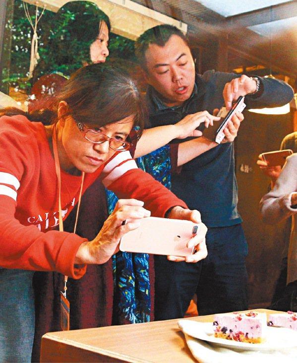 美食手機攝影課,攝影師林澔一(右)上課講解。圖/陳正興攝影