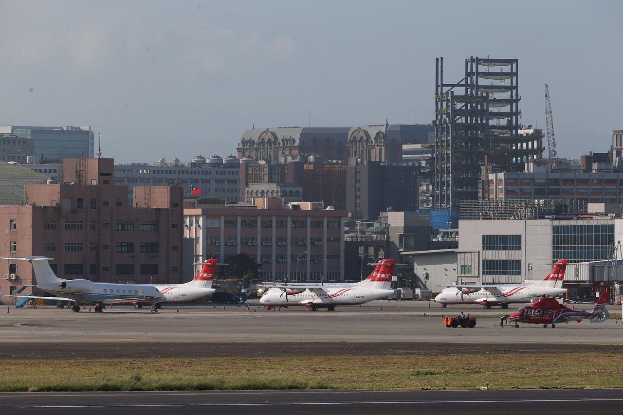 遠航董事長張綱維昨現身希望復飛,但民航局不埋單,多架遠航飛機依舊停在松山機場機棚...