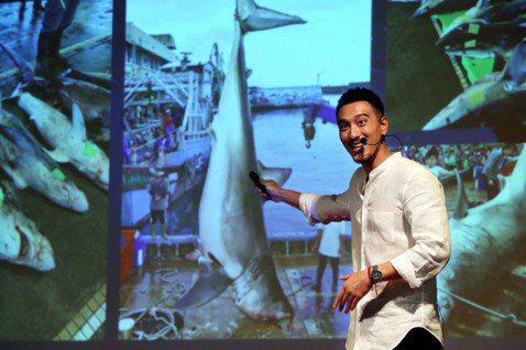 王陽明出席2019年「TEDxNeihu」年會演講,他多年來致力於海洋生態,此次演講內容也以海洋為主,他提到先前在世界各地浮潛的經驗,近距離看到鯊魚、海龜等生物時,讓他大開眼界,更決心要好好保護這片...
