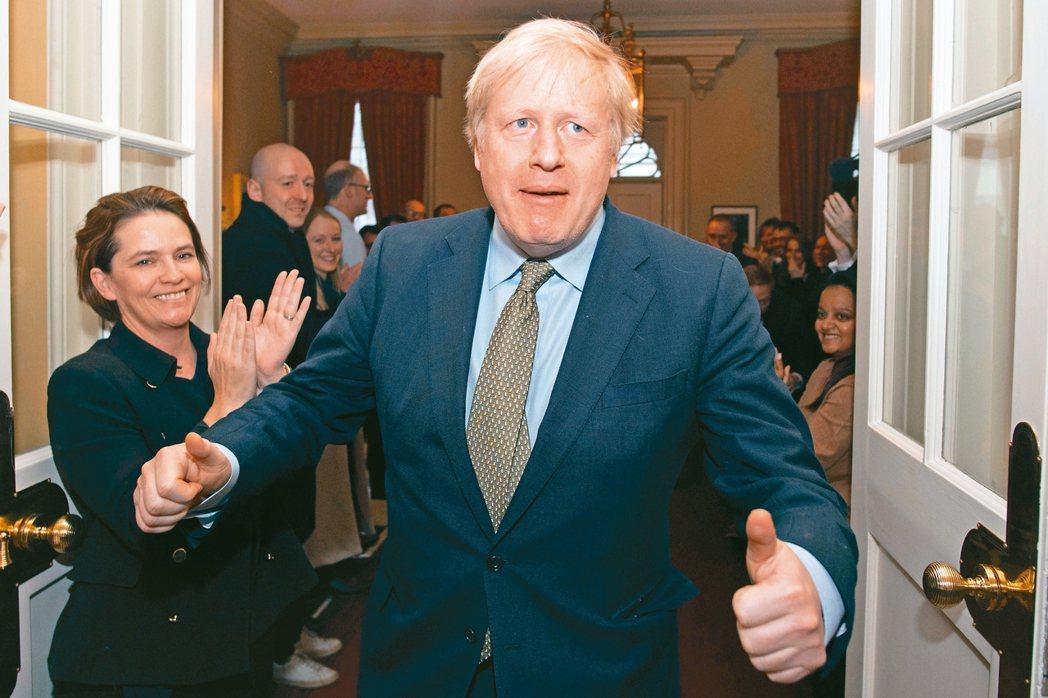 英國首相強生的保守黨在12日國會大選獲壓倒性勝利。 路透