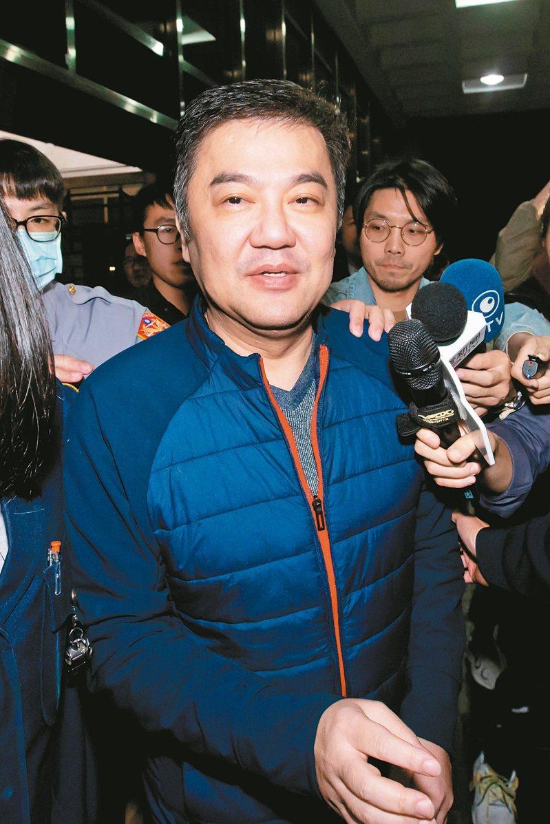遠東航空董事長張綱維昨晚應訊完畢後離開台北地檢署。 記者季相儒/攝影