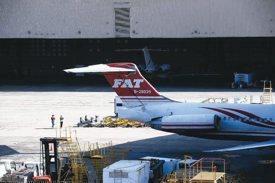 遠東航空不堪長期虧損宣告暫停營業,全面停飛,昨天松山機場多架遠航飛機停在機棚外。 記者余承翰/攝影