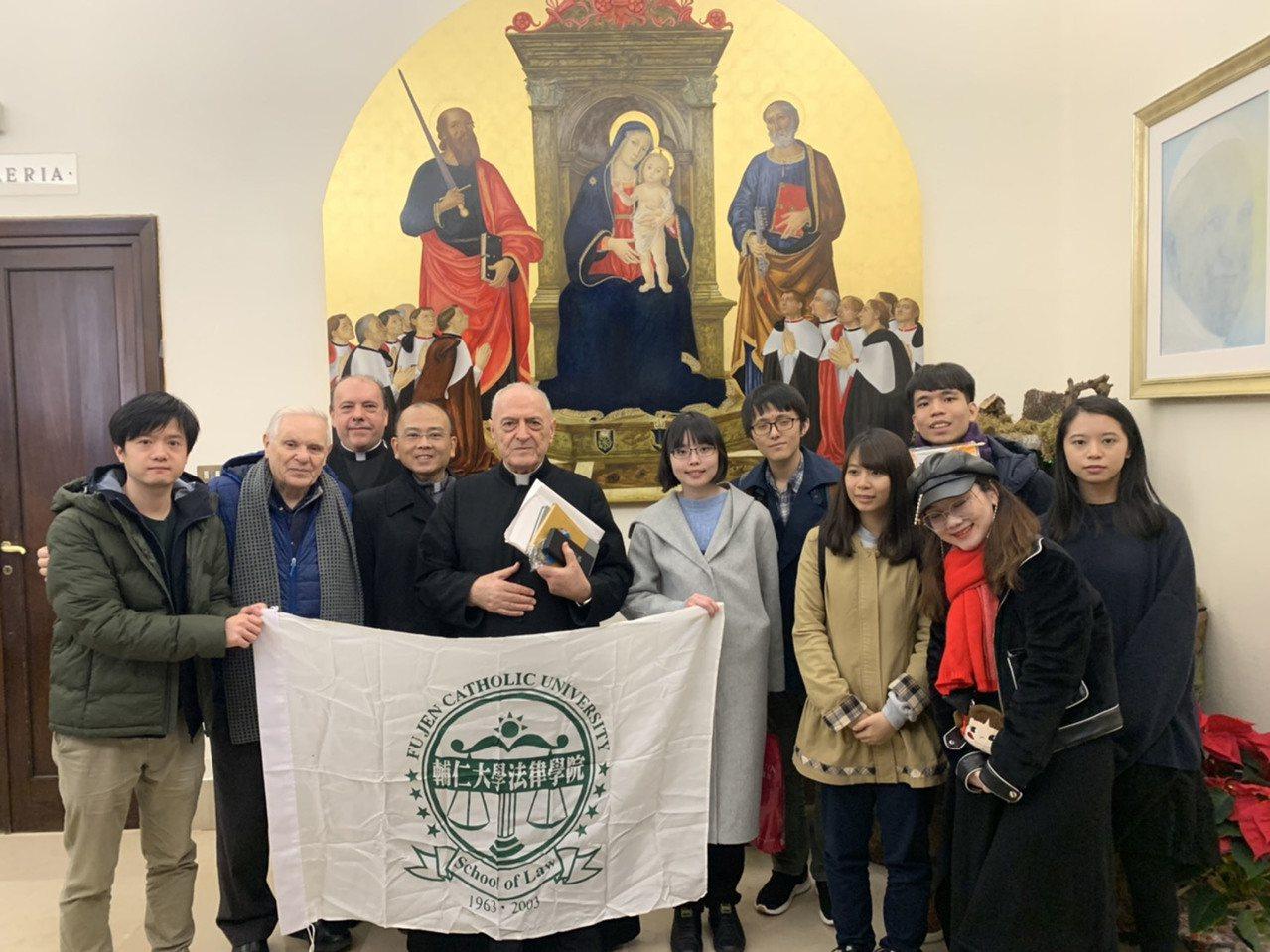 輔大法律系參訪團參訪聖輪法院後,與院長品托(Pio Vito Pinto)合影。...