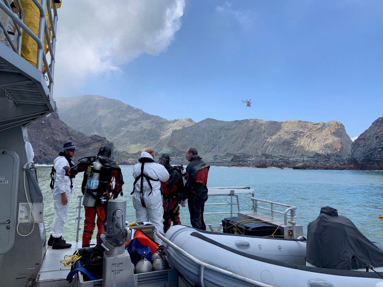 潛水人員今(14日)在紐西蘭懷特島(White Island)附近海域搜尋2名失...