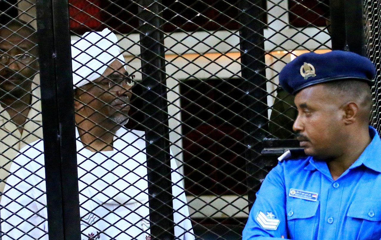 前蘇丹總統巴席爾(左)。 路透社