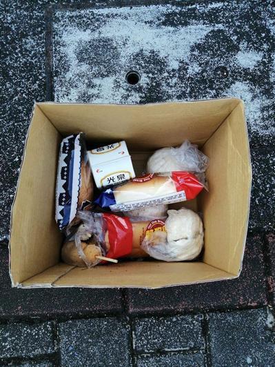 清潔員發現有一箱被咬過的食物被放在樹下,而且不只一次,覺得相當生氣。 圖/爆料公...