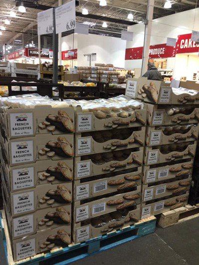 台灣好市多半熟麵包因CP值相當高,常常賣到缺貨,但網友表示自己在加拿大看到貨源充...