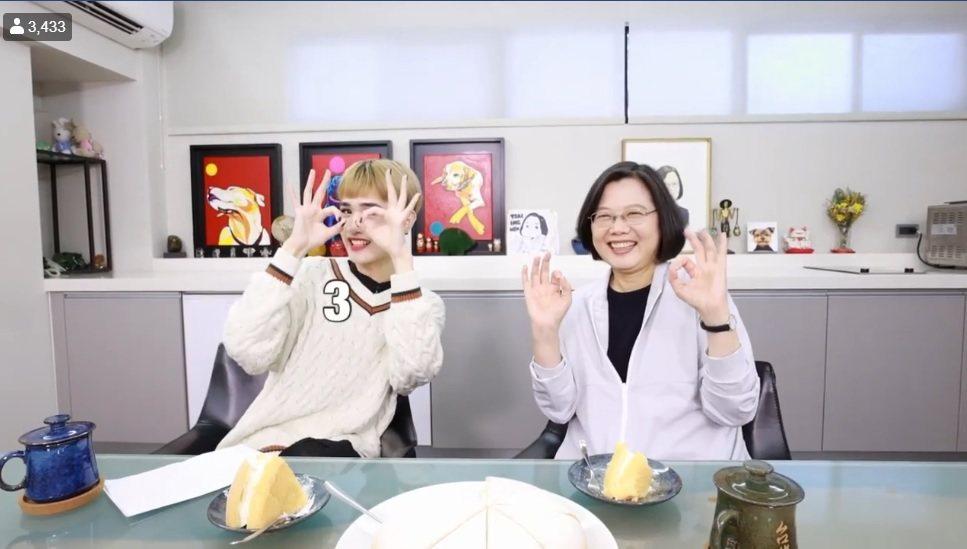 鍾明軒與總統蔡英文一起拍片聊天。圖/擷自臉書