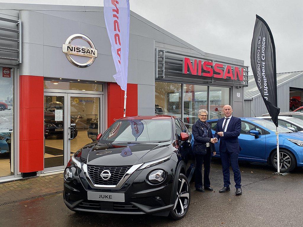 英國市場第一位交付全新Nissan Juke的車主Patricia McInto...