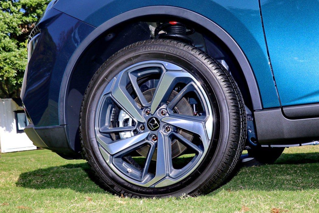 全車系標配的18吋五輻式雙彩鋁圈。 記者陳威任/攝影
