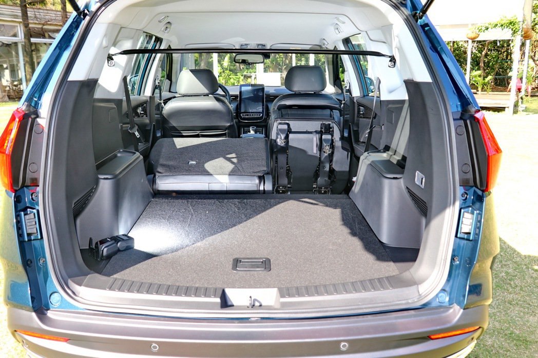 搭配第二排座椅採用60:40分離式設計,進一步讓行李廂擴充至1,935公升的最大...