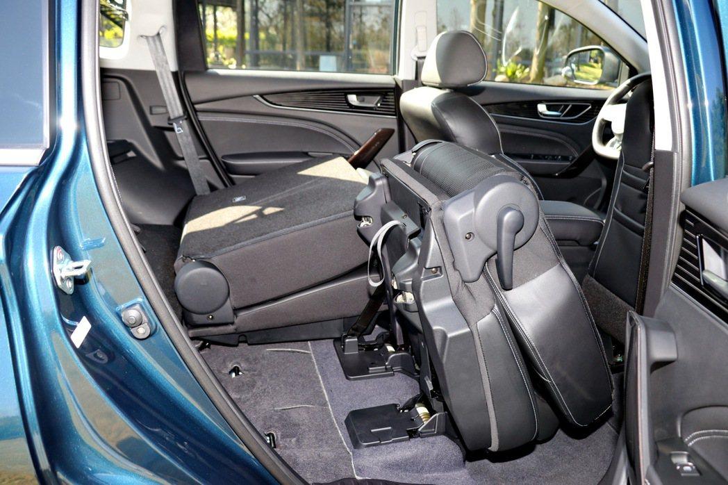 5人座車型後座椅採6/4分離可向前摺疊設計。 記者陳威任/攝影
