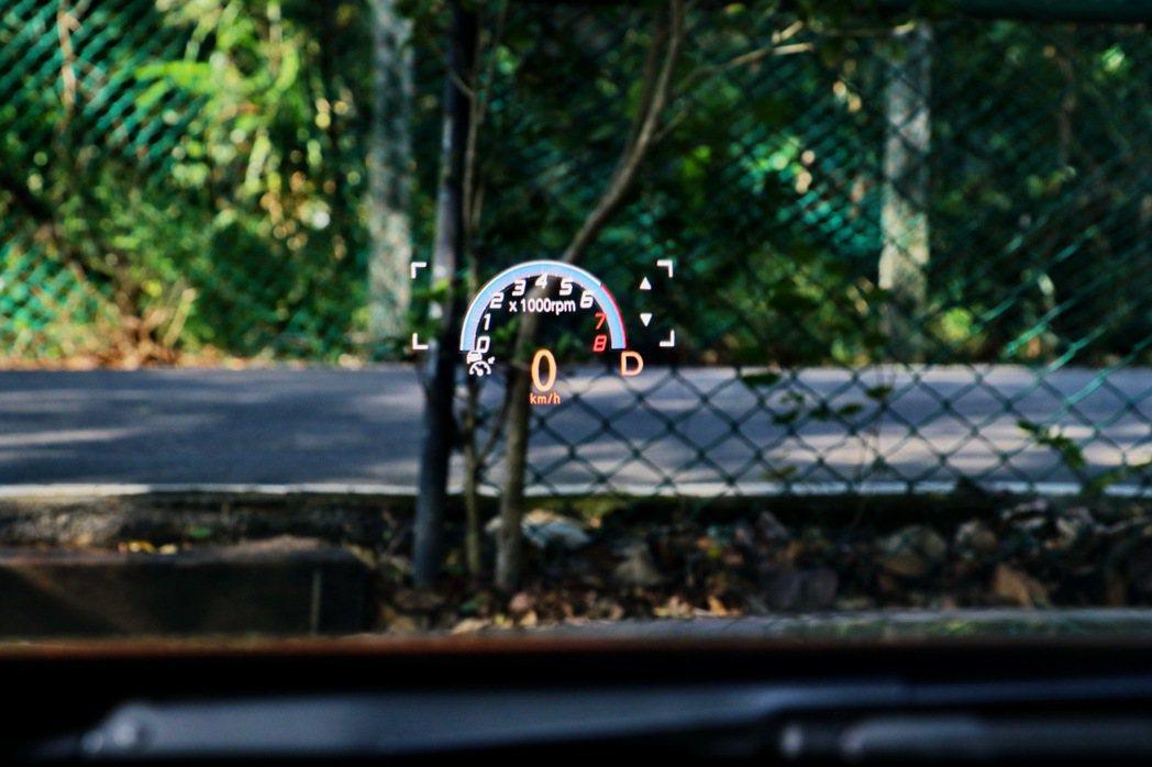 6吋ARD擴增實境抬頭顯示系統配合中置儀錶板,讓駕駛者不需要低頭或轉頭即可掌握一...