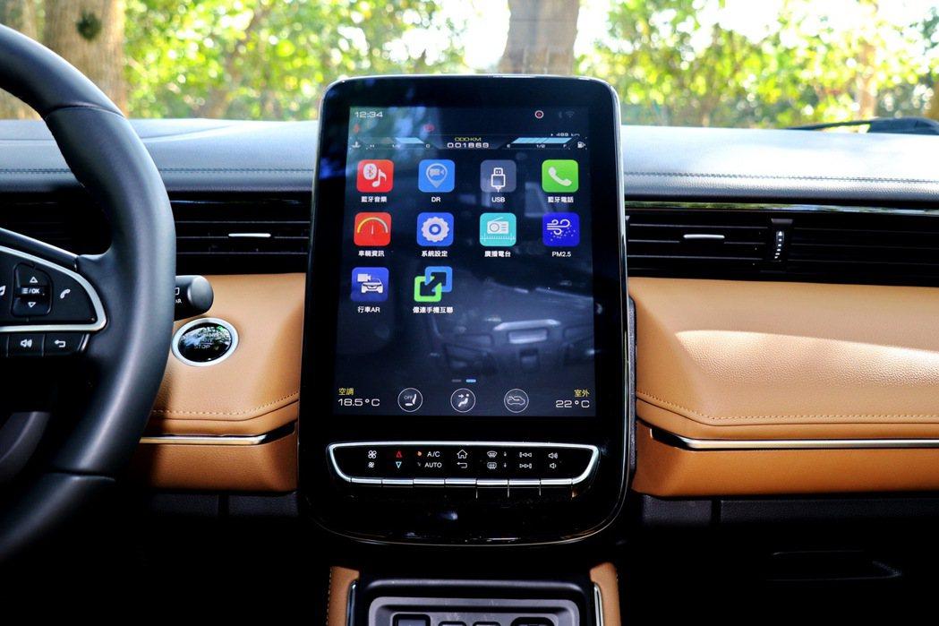 12吋大型觸控螢幕成為中控台最大亮點。 記者陳威任/攝影