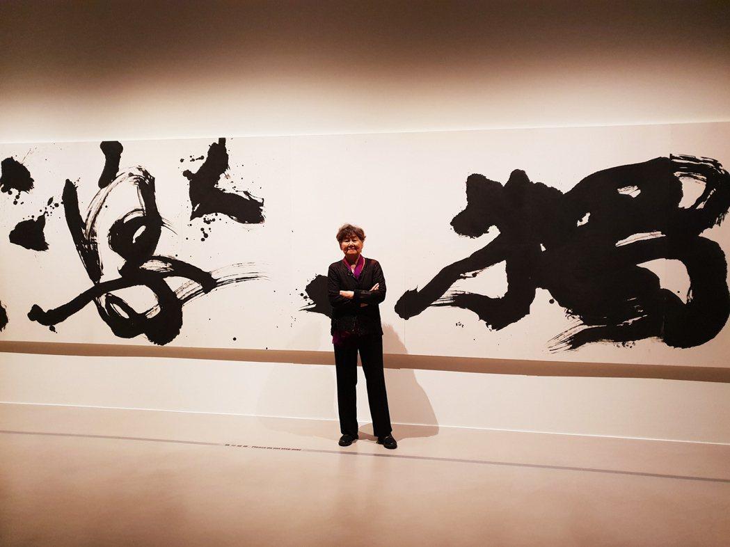 董陽孜與自己作品「獨樂樂」合影。 記者陳宛茜/攝影
