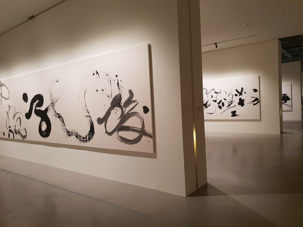 北美館大展「董陽孜:行墨」,展出15幅董陽孜的巨幅書寫。 記者陳宛茜/攝影