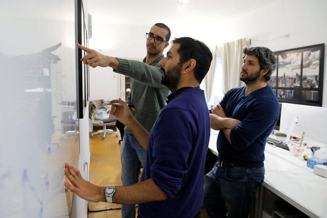 為了提供有效的回饋意見,員工應找主管開會溝通,且在會議上提出解決方案,以利主管採...