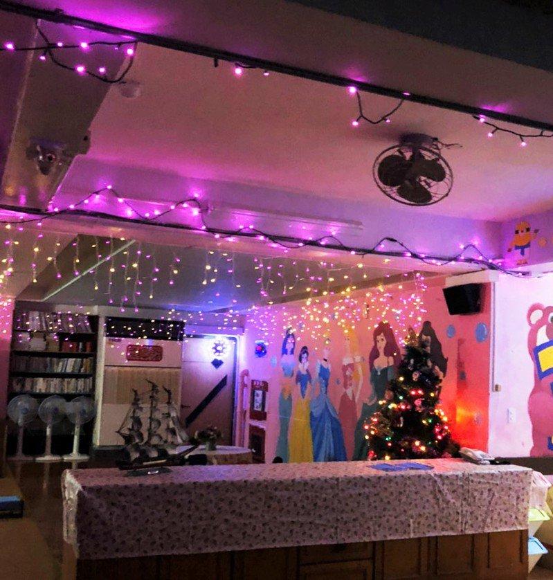 暐順集團將6+PLAZA購物廣場的百萬耶誕燈飾,全數捐贈給「新竹少年之家」,為孩子們照亮他們的學習環境。業者/提供
