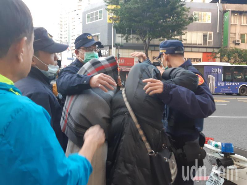 吳姓嫌犯家屬快步離開現場,一度與媒體爆發衝突。記者賴郁薇/攝影