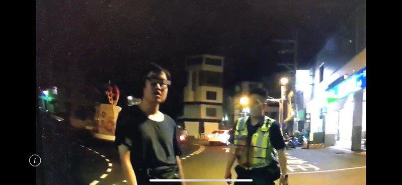曾嫌10月22日嗆警畫面。記者吳淑玲/翻攝
