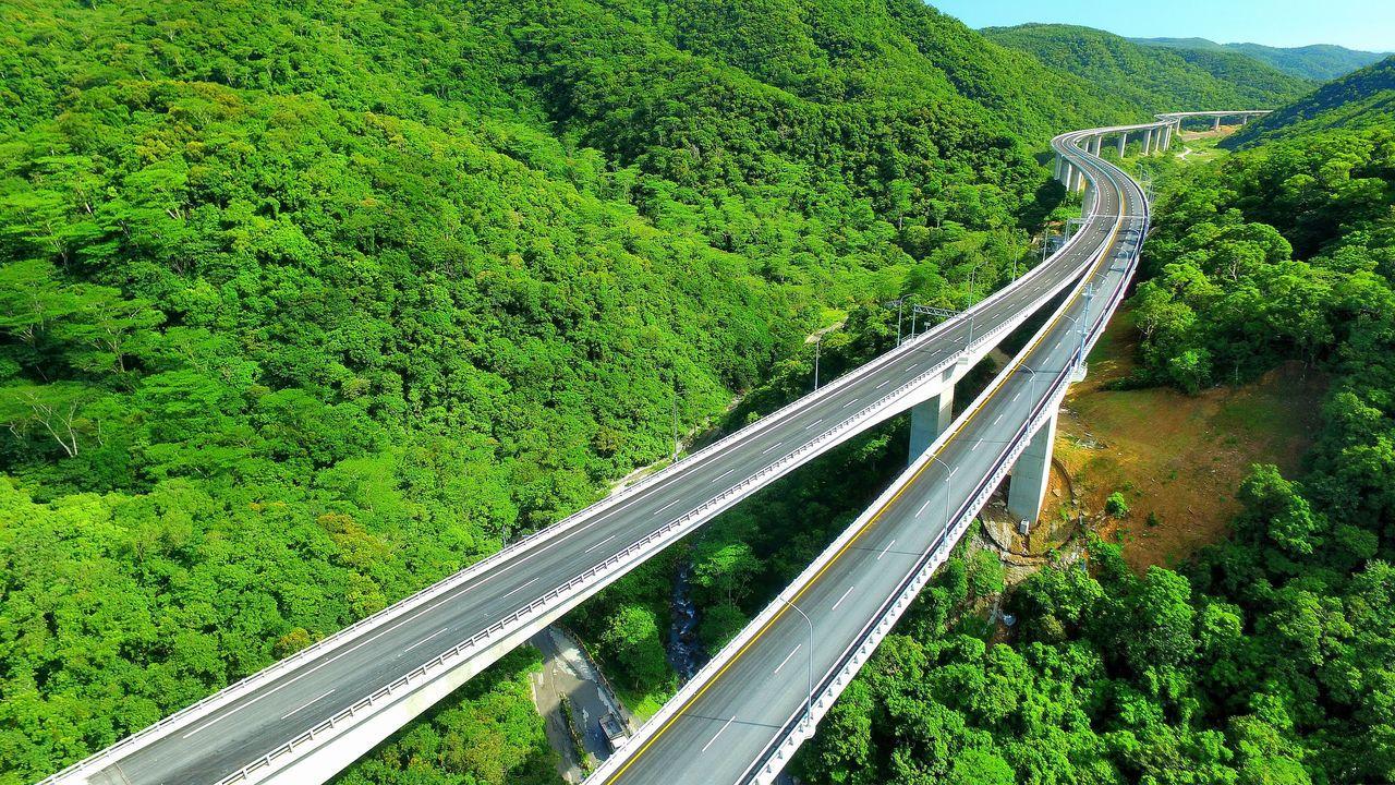 南迴公路台東安朔到屏東草埔段全長約11公里,沿線都是高架道路,穿越山谷,雄奇壯闊...