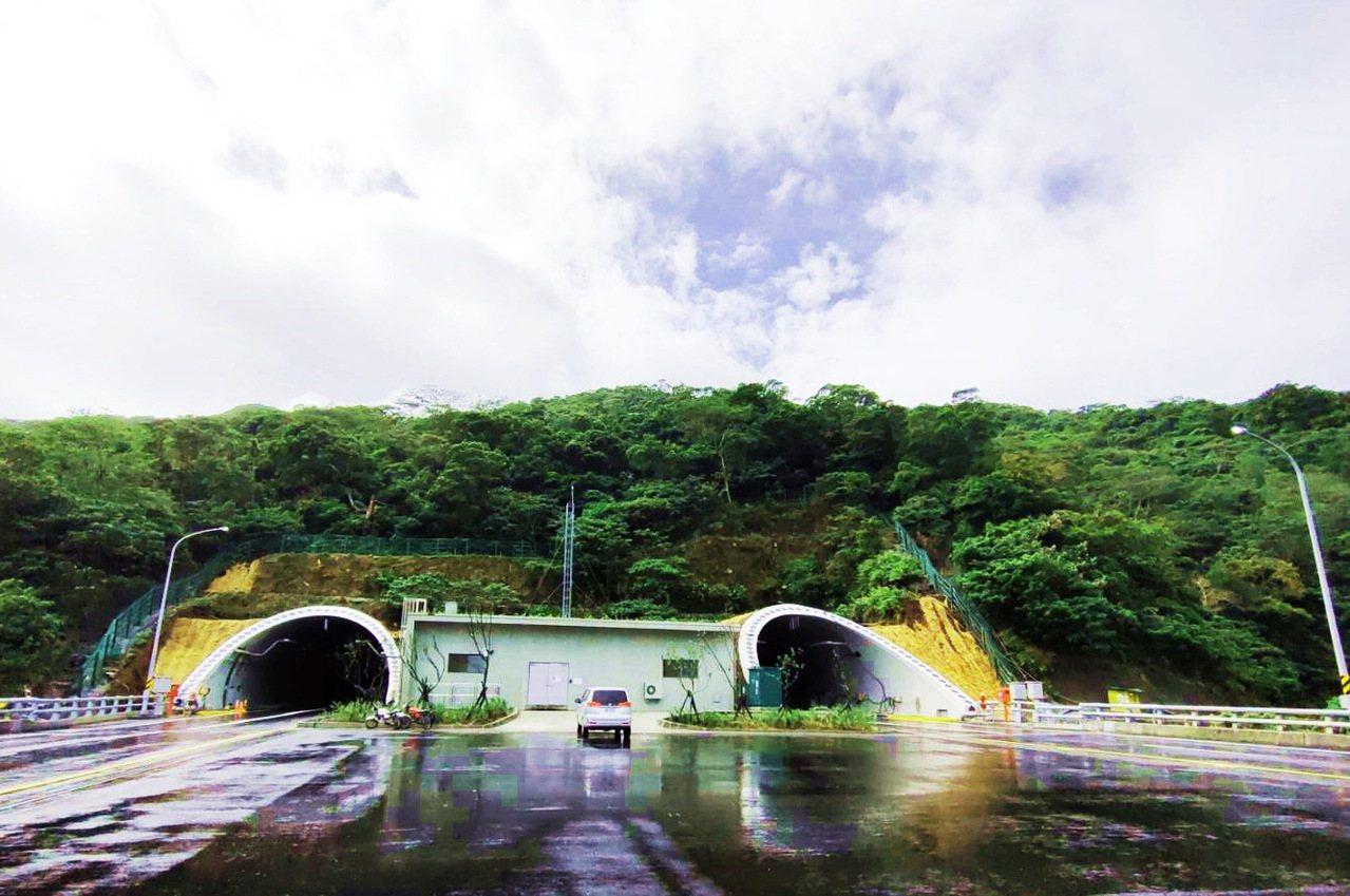 等待23日上午9點半通車的南迴公路草埔隧道。記者羅紹平/攝影