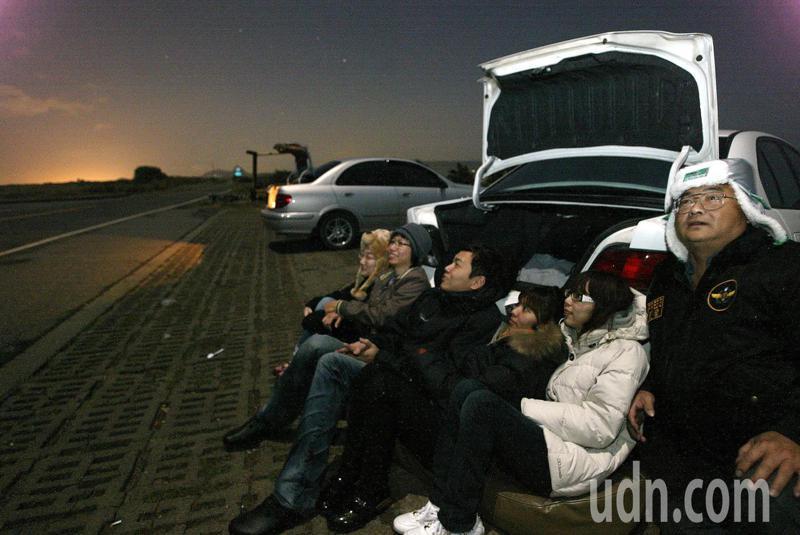 雙子座流星雨,將在今天(14日)夜間達到最高峰。圖為民眾在墾丁龍磐公園觀星。本報資料照片