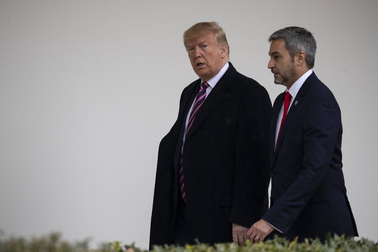 美國總統川普(左)13日會晤巴拉圭總統阿布鐸。美聯社