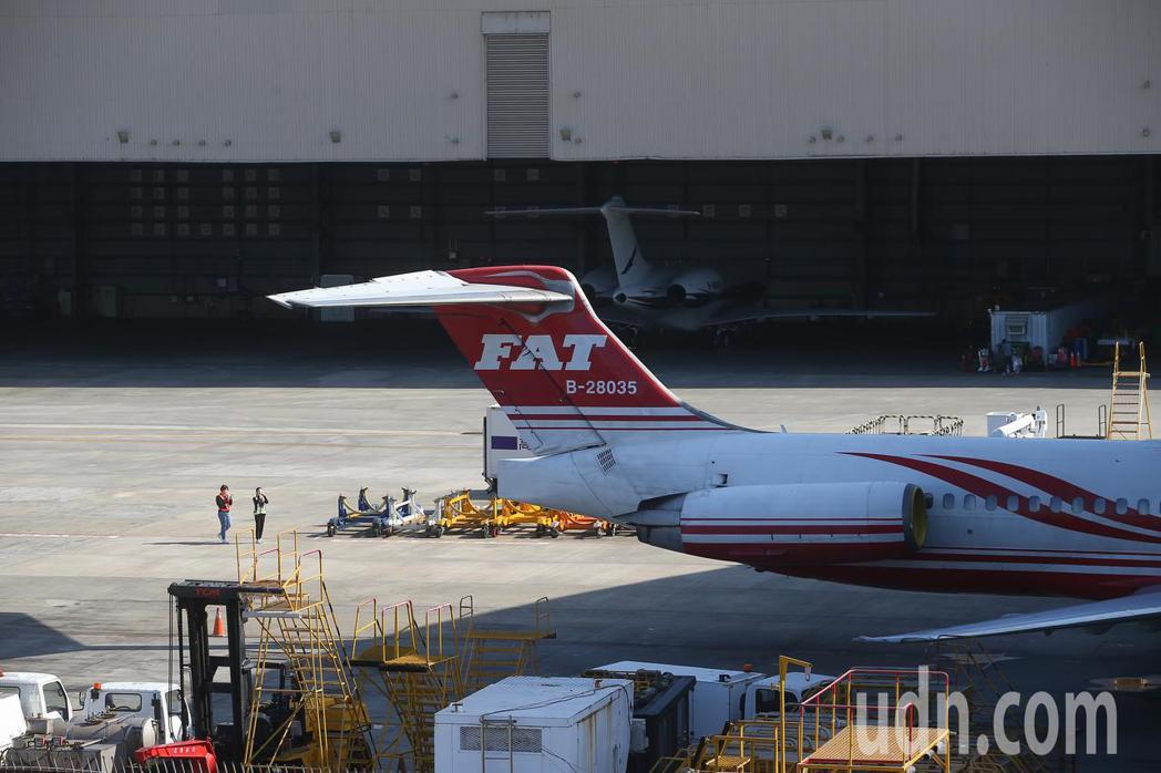 遠東航空不堪長期虧損,一度宣告暫停營業,昨天松山機場上午可見多架遠航飛機停在機棚...