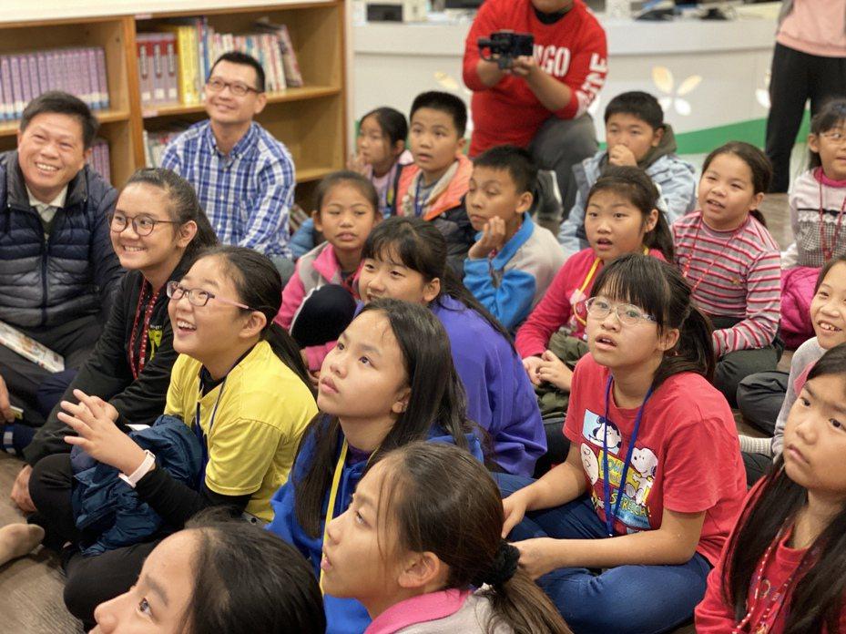 育人國小「夜宿美善耕書園」活動,讓學童留下深刻回憶,直說「明年還要來!」記者卜敏正/翻攝