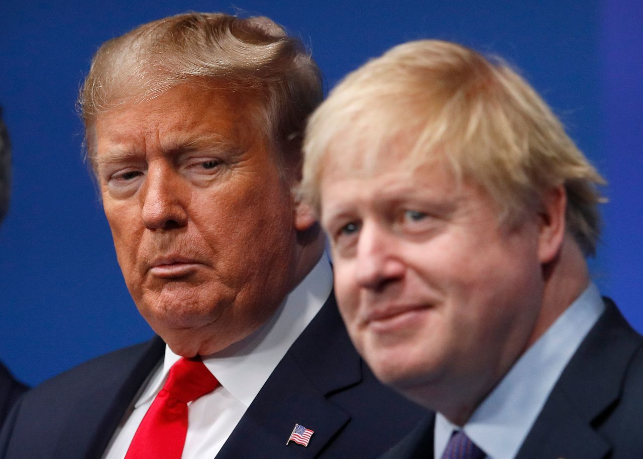 英國首相強生帶領的保守黨在國會選舉大勝,對美國總統川普明年連任是好兆頭?圖為強生...