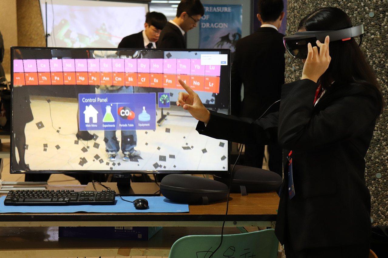 學生作品C.C.(Chemistry Class),是為化學課設計虛擬實境,可突...