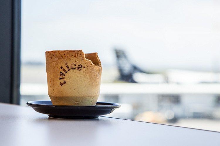 紐西蘭航空推出可以食用的香草餅乾咖啡杯。圖/紐西蘭航空提供