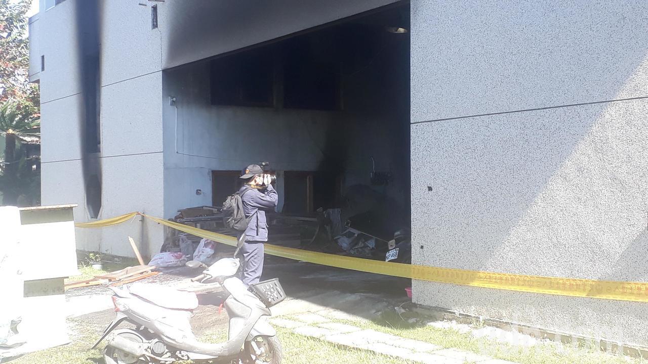 消防局火災調查科人員中午到場 蒐證。記者周宗禎/攝影