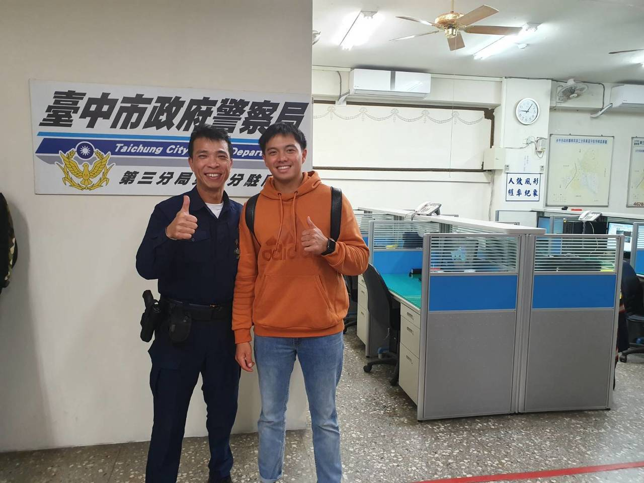 日本職棒西武獅的台灣旅日球員吳念庭(右)手機遺失報警,所內員警一秒變身小粉絲,要...