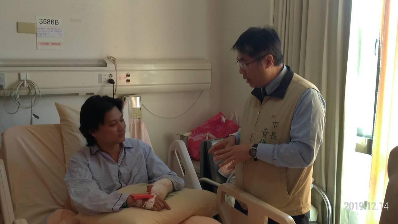 台南市長黃偉哲上午趕往柳營奇美醫院探視受傷警消陳俊豪,要他多多保重身體。記者邵心...