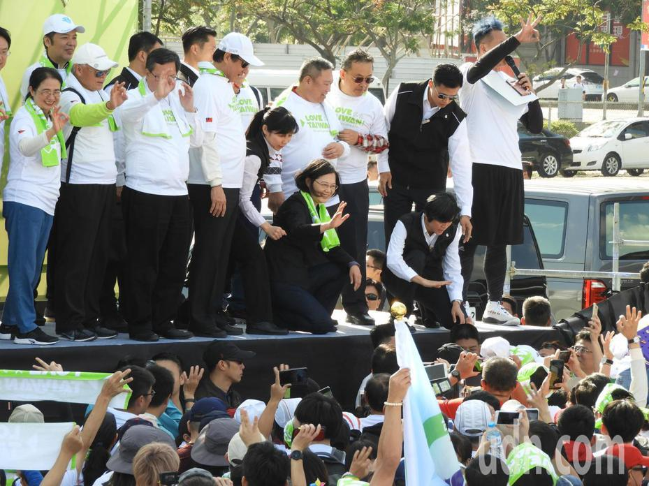 總統蔡英文今天上午出席LOVE TAIWAN!總統為選手打氣萬人健走活動時表示,政府也要全力打造最適合選手發展的環境,來做選手堅強的後盾。記者高宇震/攝影