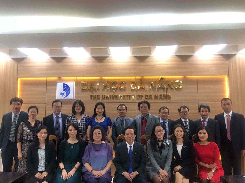 教育部拜訪峴港大學總校區,與該校轄下附屬的外語大學、師範大學、百科大學等5所學校討論合作。圖/教育部提供