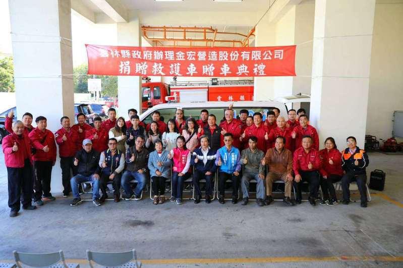 雲林縣崙背鄉民陳順良,日前捐贈一輛價值百萬元的救護車給雲林縣政府。圖/雲林縣府提供