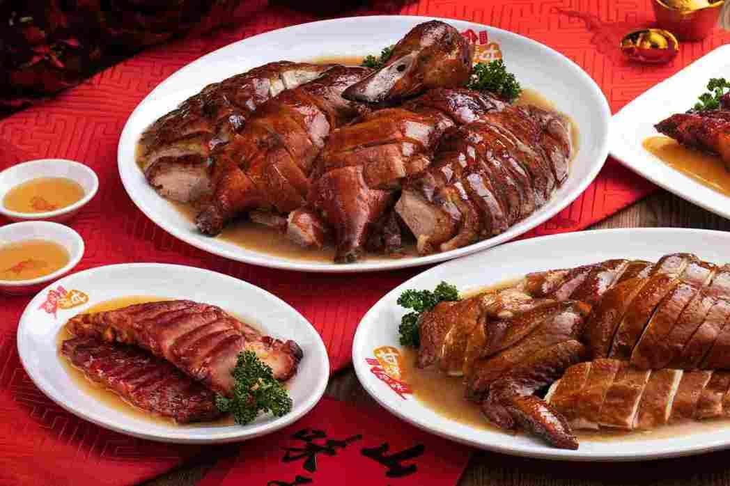 甘牌燒味「金鼠迎三喜」年菜組合有甘牌燒鴨、桶子油雞、伊比利豬叉燒。圖/甘牌燒味提...
