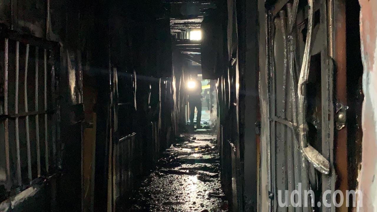 曾嫌疑在一樓出入口潑灑汽油引發大火,屋內被燒成焦黑。記者吳淑玲/攝影