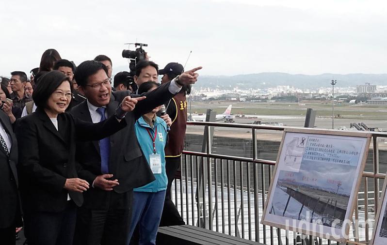 蔡英文總統(左起)與交通部長林佳龍等上午前往桃園機場參加第二航廈觀景台啟用典禮,林佳龍會前接受訪問表示,遠航「復飛」非常困難。記者鄭超文/攝影