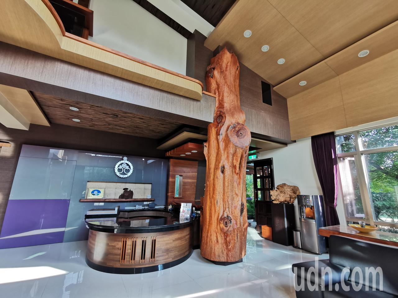 蔡福源年輕蒐集的巨木、檜木,成為五柳園民宿設計裝修建材。記者卜敏正/攝影