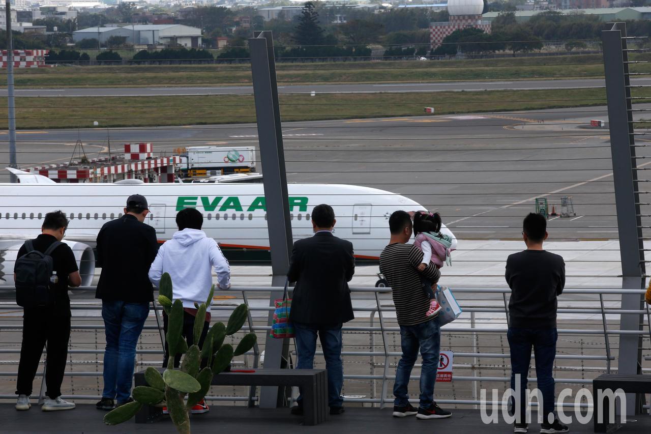 桃機戶外觀景台上午正式啟用,民眾可以近距離觀賞飛機。記者鄭超文/攝影