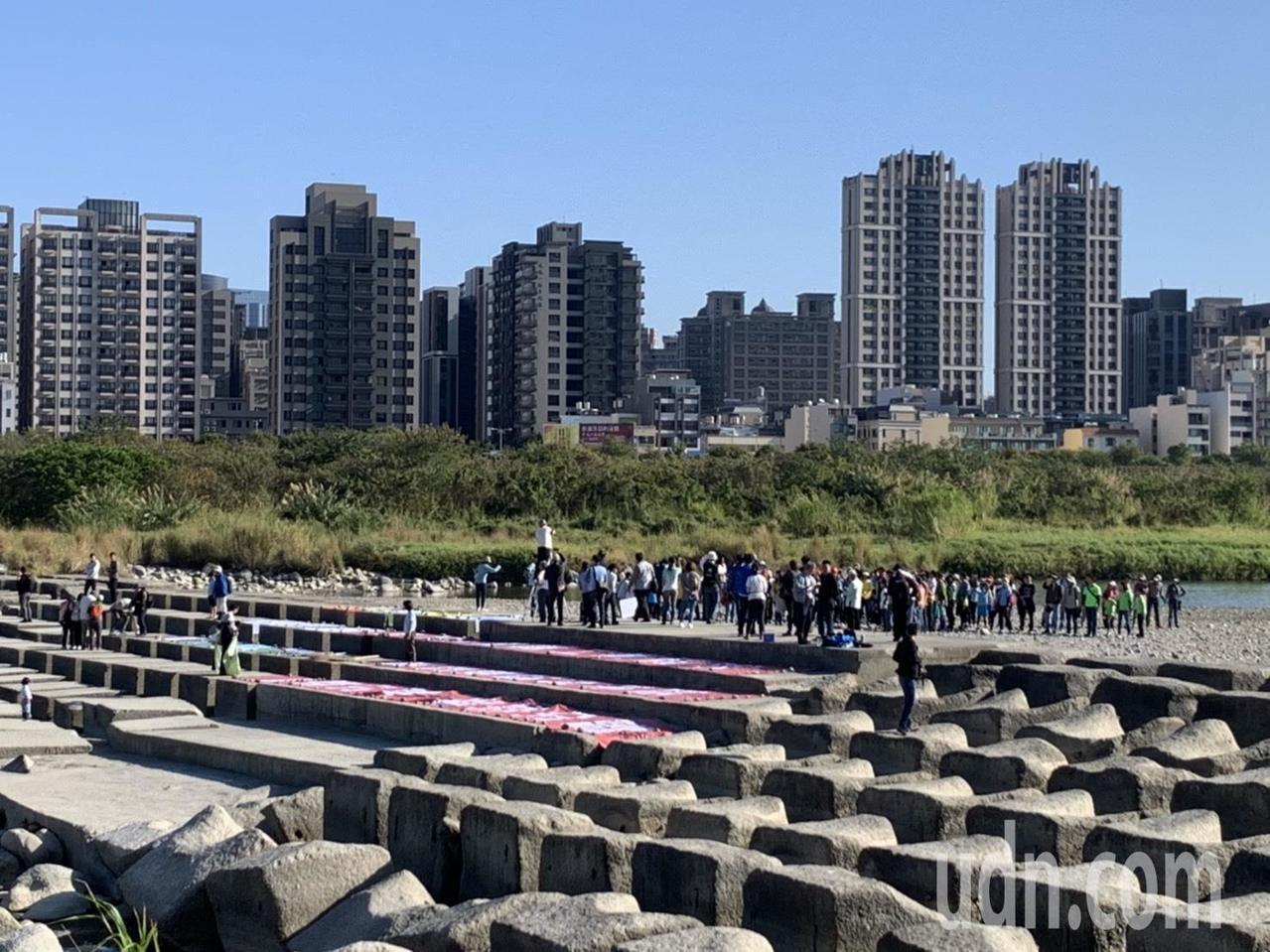 我們要喝乾淨水聯盟今天早上在新竹熱門打卡景點「豆腐岩」,舉辦「百人牽手護水源」活...