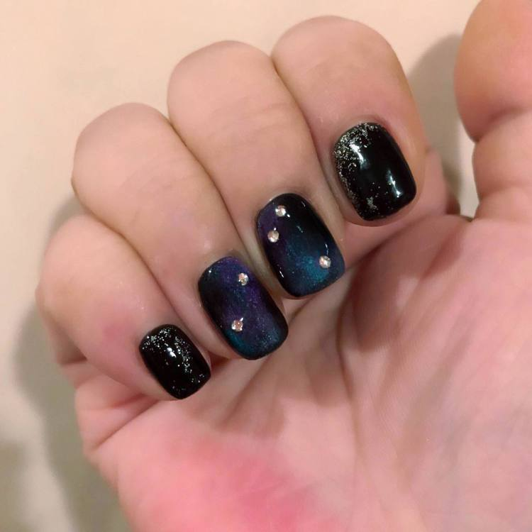 藍、紫、黑的貓眼質感混搭,有如星空的神祕感。記者陳立儀/攝影